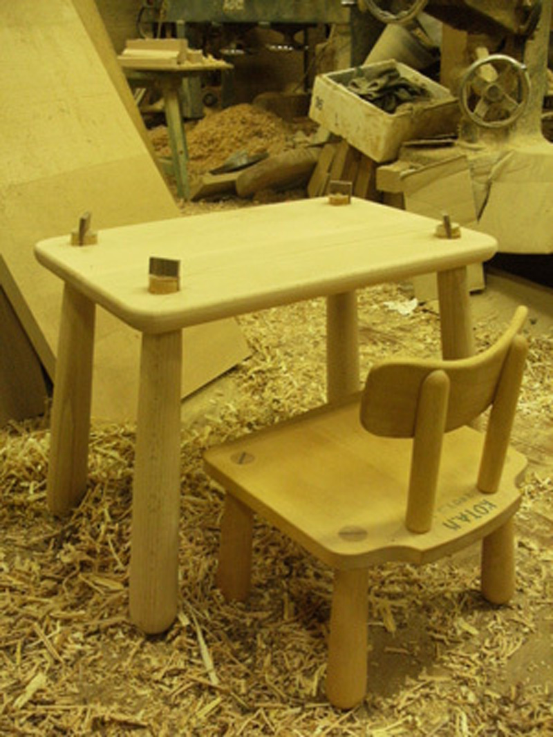 四角い無垢のキッズテーブル